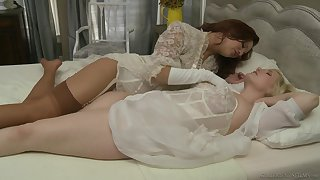 Intense bedroom stirring for two beautiful chicks in heats